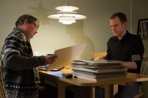 Håkan och Johnny sorterar Difo-bilder. Foto: Henrik Muskos