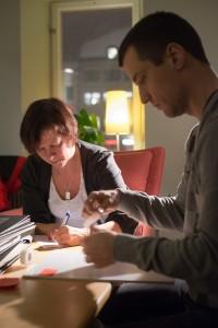 Anette och Christer märker upp monokroma bilder för Difo. Foto: Henrik Muskos