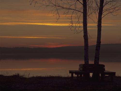 Bänk i solnedgång vid Klingerfjärden utmed strandpromenaden Söråker