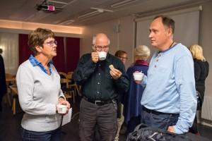 Fika, här tre av klubbens mest meriterade fotografer, fr v Annica Westerlund, Lennart Westerlund och Urban Rundblom